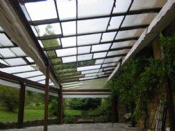 Vista interior de techo móvil abierto con una apertura del 66%, con una hoja fija, dos móviles y accionamiento manual.