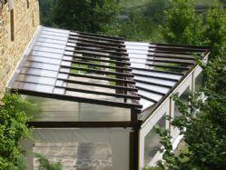 Estructura con techo móvil de policarbonato celular de 16 mm con tratamiento UVA a dos caras y a dos niveles de altura.