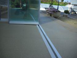Perfil interior embutido en suelo para instalaciones donde se requiere disponer de un acceso libre de obstáculos, evitando escalón.